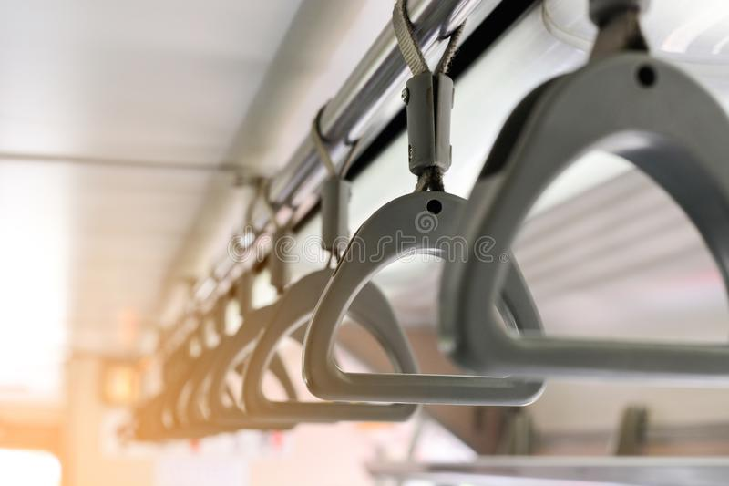 Graue Kunststoffgriffe auf Deckenschienen für Stellungspassagier, Griff im Untergrundbahnsystem oder Metro oder schnelle Massendu lizenzfreies stockbild