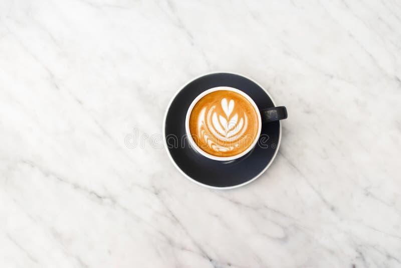 Graue Schale Cappuccino auf weißem Marmorhintergrund stockbild