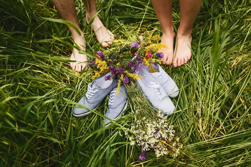 Graue Schuhe auf grünem Gras lizenzfreies stockfoto