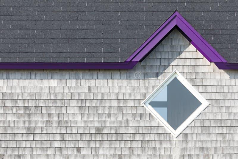 Graue Wand, Dach und Diamantfenster stockfotos