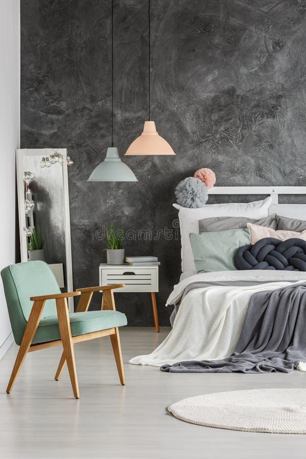 Graue Wand im Raum stockbild
