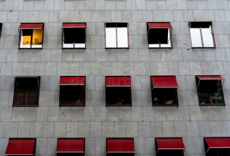 Graue Wand mit roter Markise lizenzfreies stockfoto