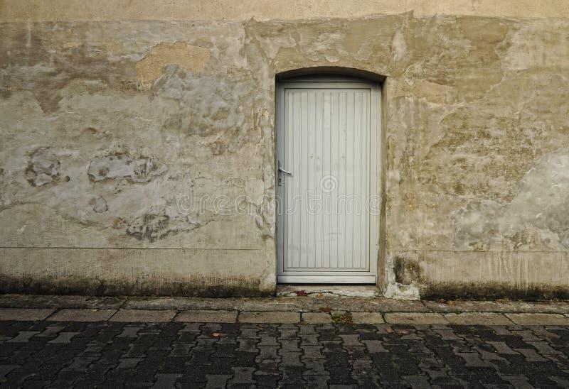 Graue Wand mit Türschmutzhintergrund lizenzfreies stockbild