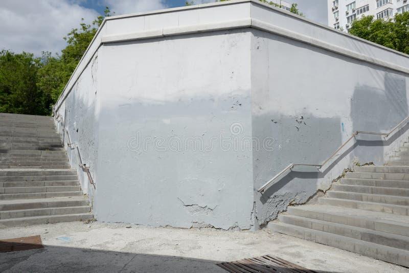 Graue Wand Nehmen Sie von der Unterf?hrung heraus lizenzfreie stockfotografie