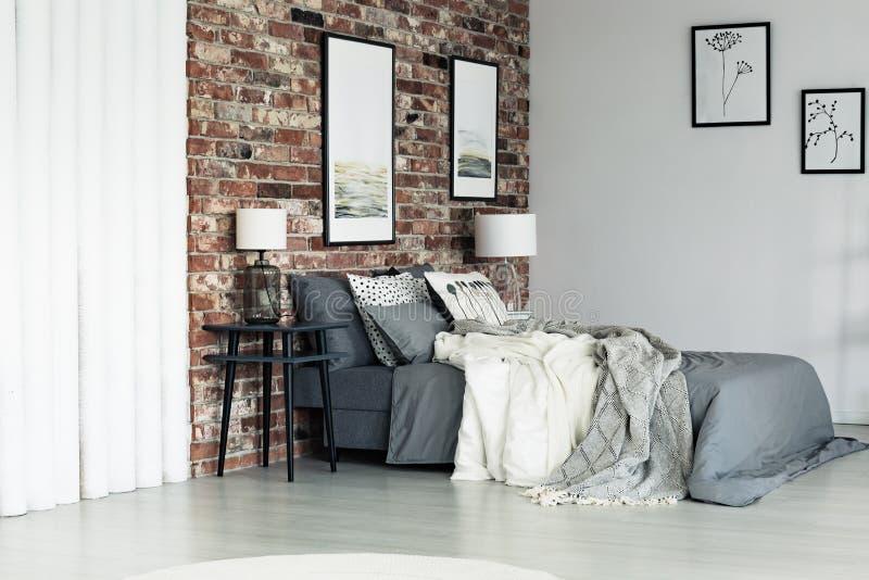 Graue Wohnung mit Backsteinmauer lizenzfreies stockfoto