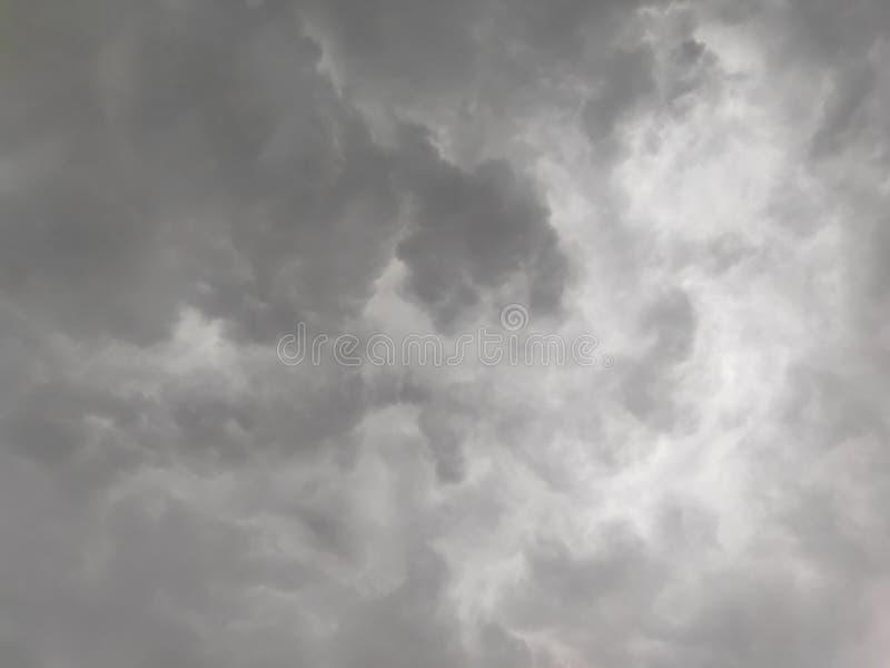 Graue Wolke Drak in ordentlicher und sauberer Himmelmorgenansicht Indiens stockfoto