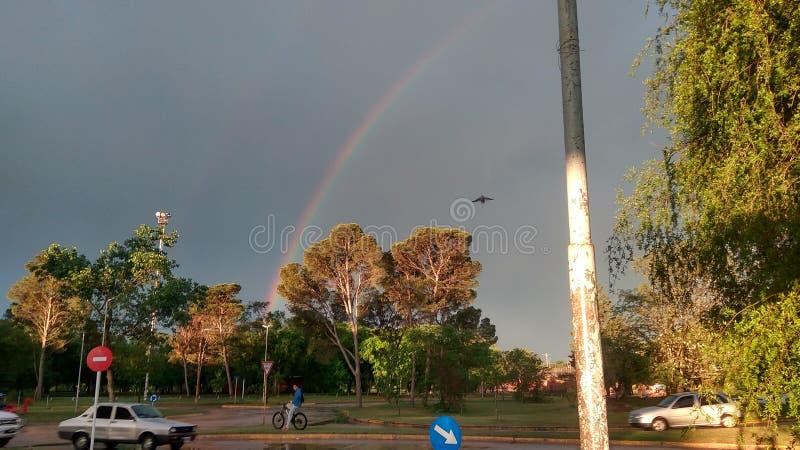 graue Wolken und ein Regenbogen in der natürlichen Stadt einzigartig und reizend lizenzfreie stockfotografie