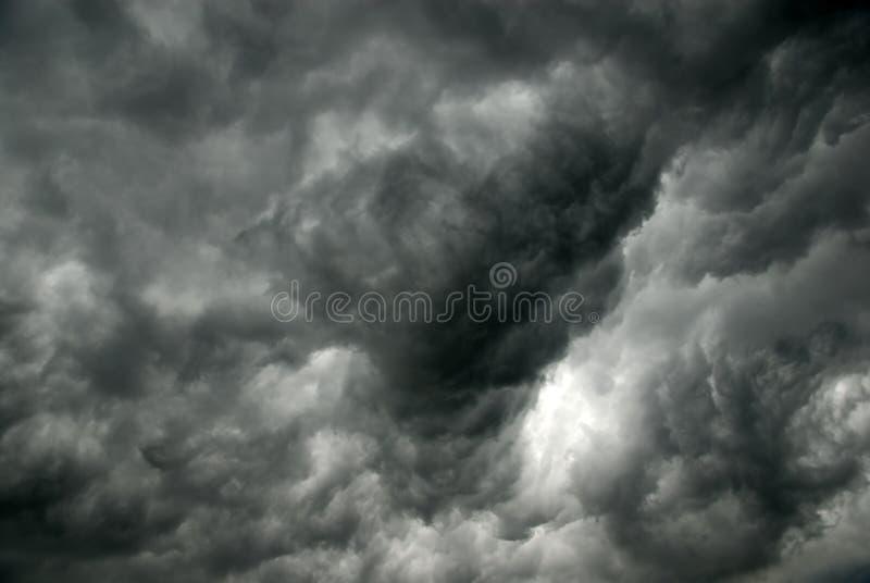 Graue Wolken vor Sturm stockbild