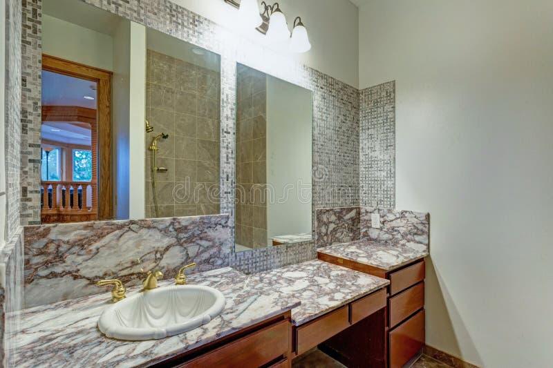 Grauer Badezimmerinnenraum in einem luxuriösen Schloss lizenzfreie stockbilder