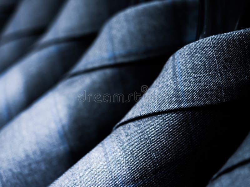 Grauer Baumwollanzug für die Männer, die am Gestell hängen stockfotografie