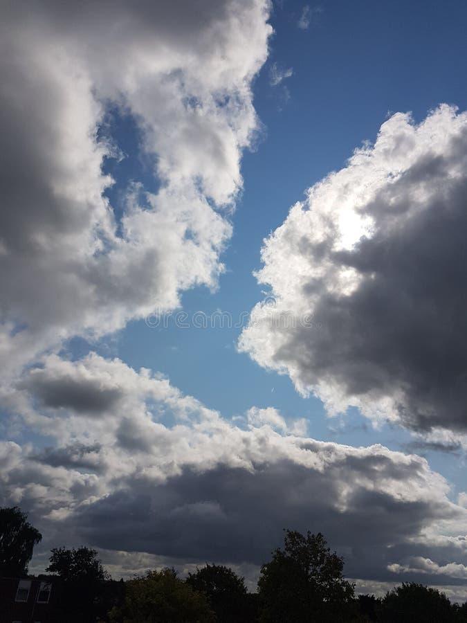 Grauer bewölkter Himmel stockbild