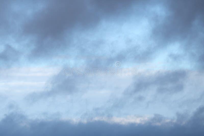 Grauer bewölkter Himmel Schönes cloudscape über Horizont, Himmel lizenzfreie stockbilder