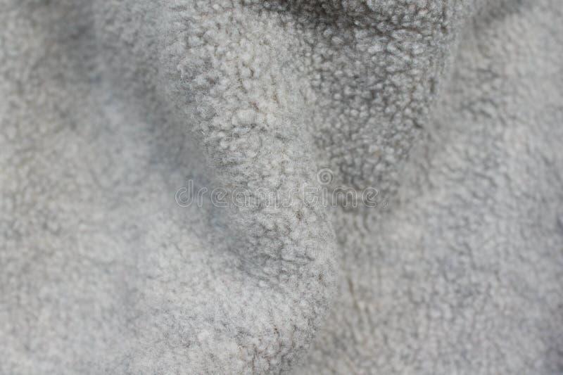 Grauer flaumiger Hintergrund der weichen Wolle stockfoto