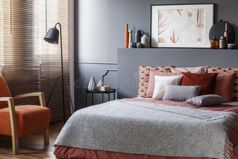 Grauer gemütlicher Schlafzimmerinnenraum lizenzfreies stockbild