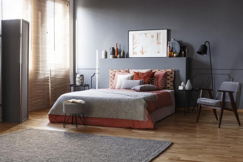 Grauer geräumiger Schlafzimmerinnenraum stockfotos