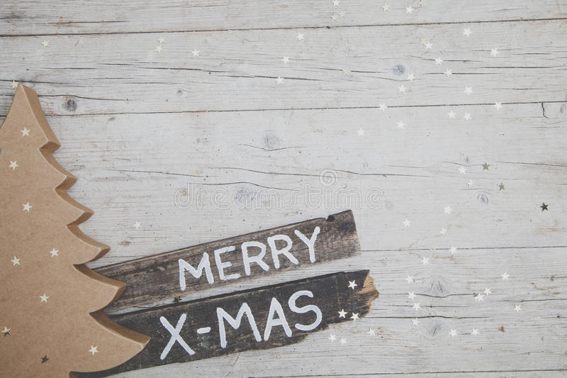 Grauer hölzerner Hintergrund Christmassy mit Dekoration stockfoto