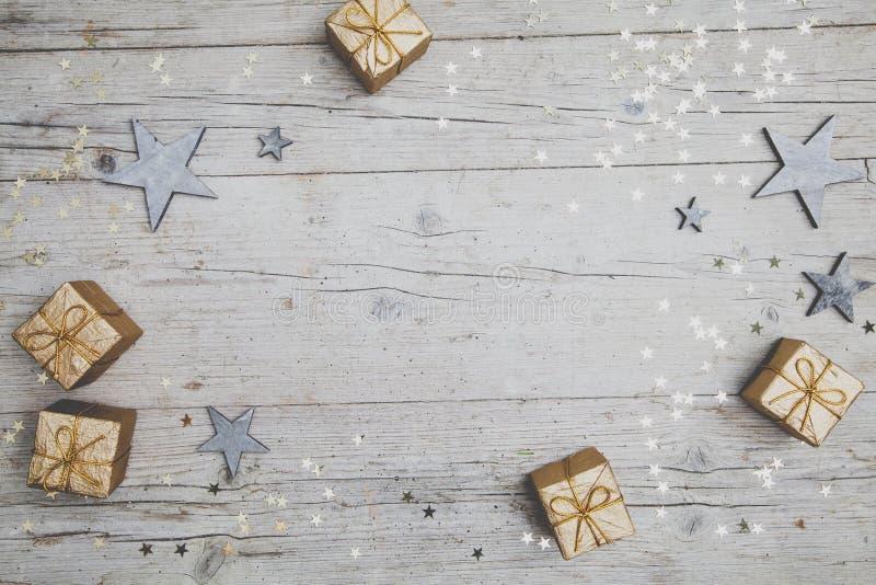 Grauer hölzerner Hintergrund Christmassy mit Dekoration lizenzfreie stockfotos