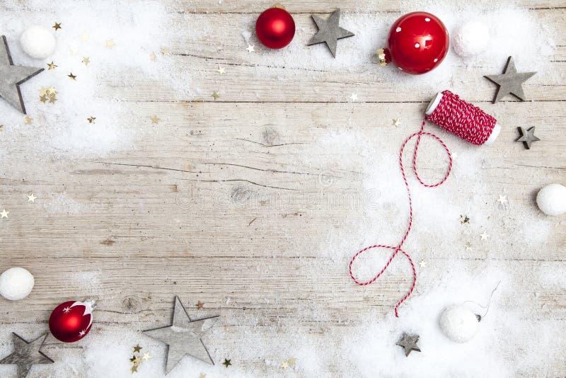 Grauer hölzerner Hintergrund Christmassy mit Dekoration stockfotografie