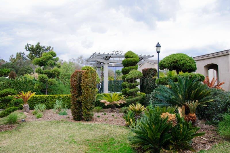 Grauer Himmel und Nische in der Stadt arbeiten im Garten lizenzfreies stockbild