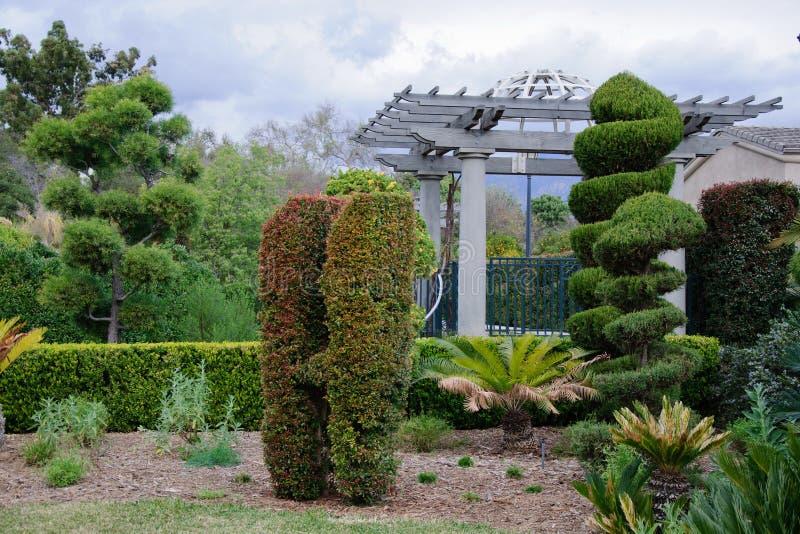 Grauer Himmel und Nische in der Stadt arbeiten im Garten lizenzfreies stockfoto
