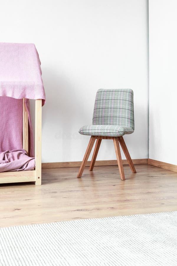 Grauer klassischer Stuhl im Schlafzimmer lizenzfreies stockfoto