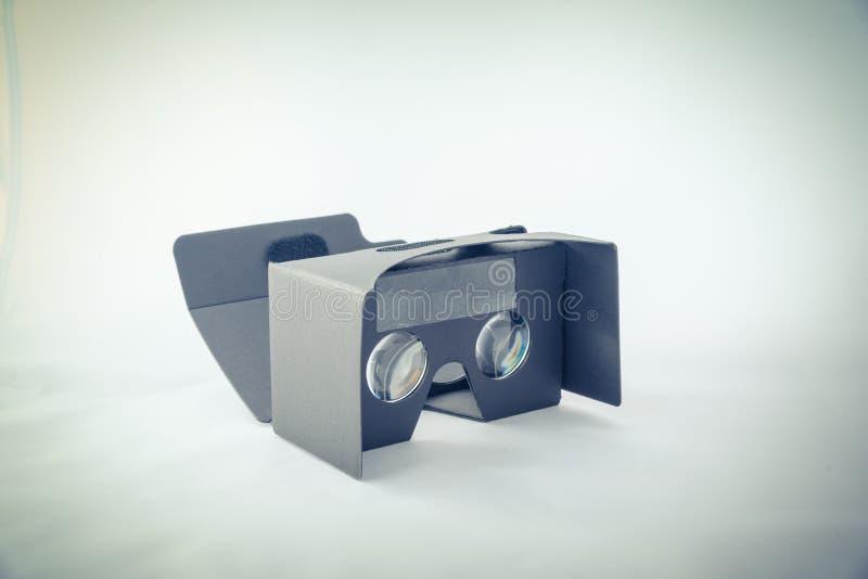 Grauer Kopfhörer der virtuellen Realität lokalisiert stockbild