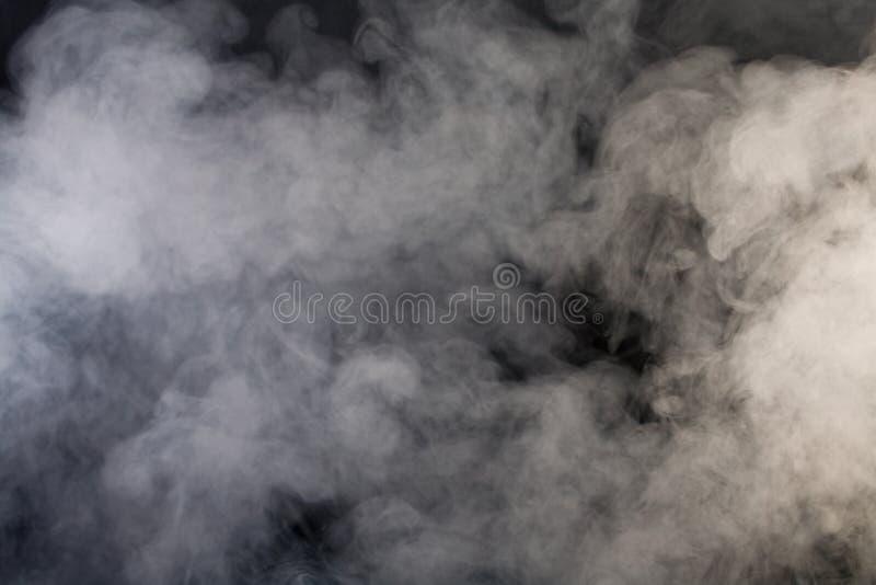 Grauer Rauch mit schwarzem Hintergrund lizenzfreie stockfotografie