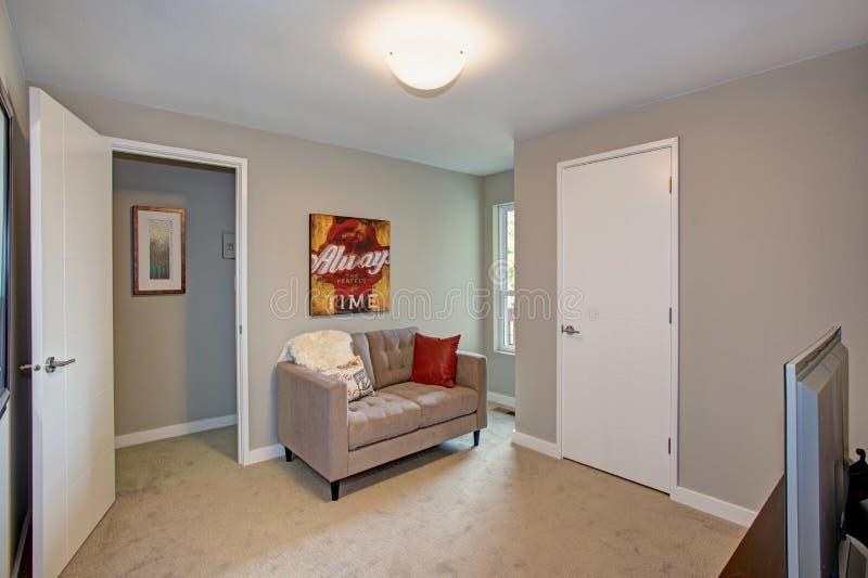 Grauer Raum mit Sofa und Fernsehen lizenzfreie stockfotos