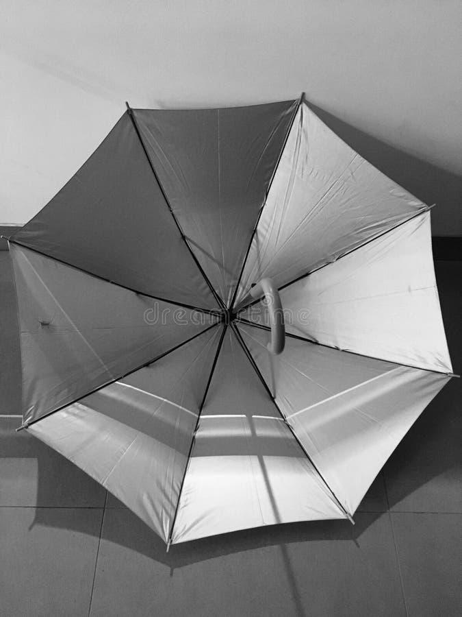 Grauer Regenschirm lizenzfreie stockfotos