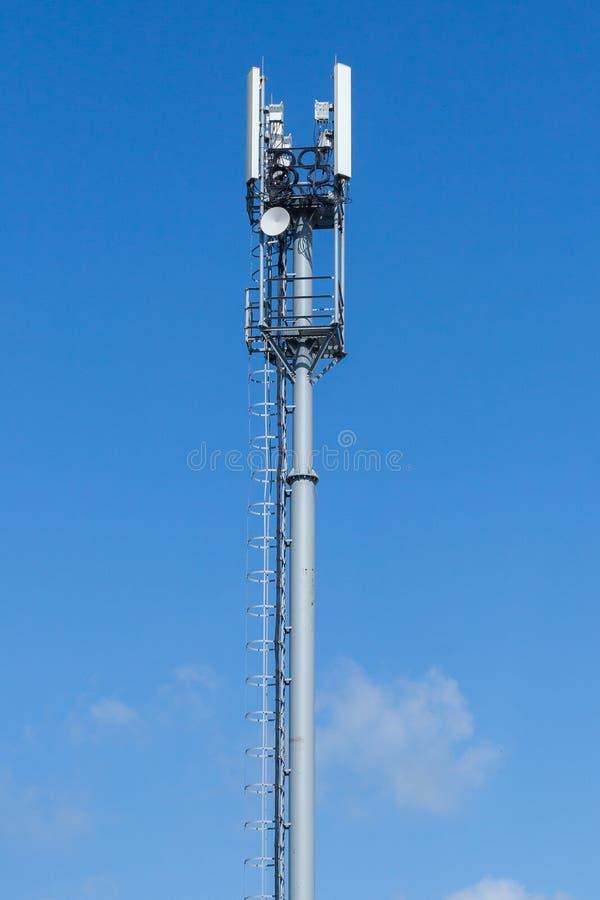 Grauer Rohrtelekommunikationsturm auf Hintergrund des blauen Himmels, vertikaler Schuss lizenzfreies stockfoto