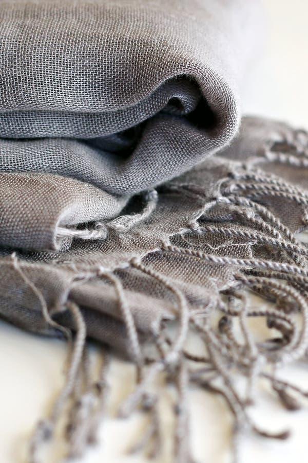 Grauer Schal stockfoto