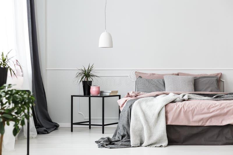 Grauer und rosa Schlafzimmerinnenraum stockbilder