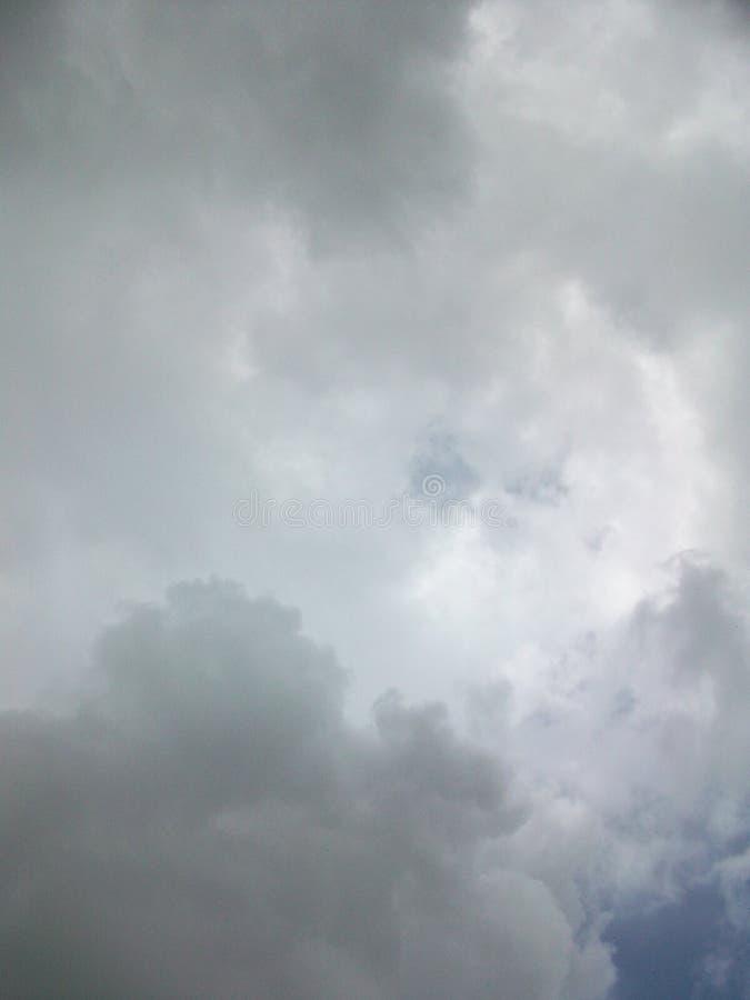 Graues bewölktes und bewölkter Himmel lizenzfreie stockfotos