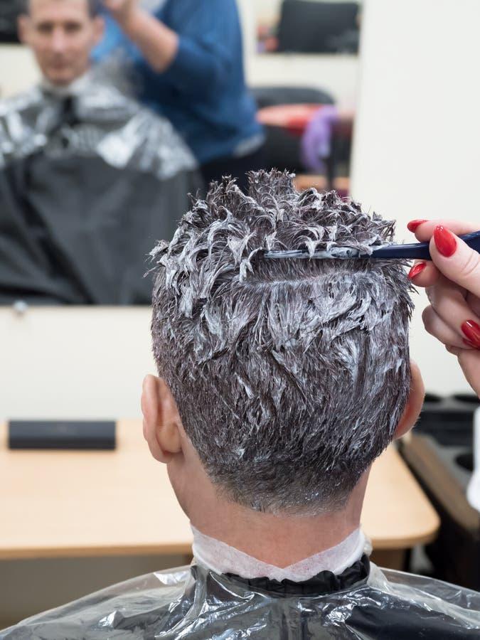 Graues Haar auf tonend, bemannt Kopf im Schönheitssalon lizenzfreies stockbild