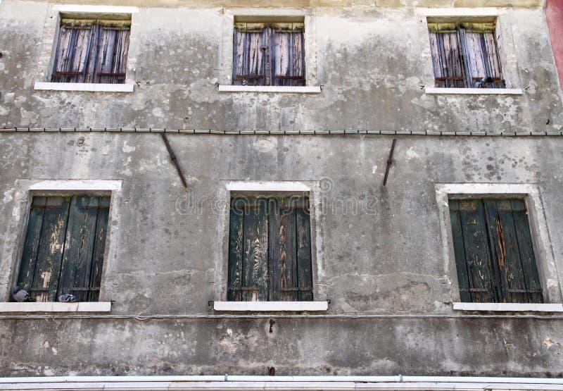 graues haus mit geschlossenen fenstern als hintergrund stockbild bild von frontseite geb ude. Black Bedroom Furniture Sets. Home Design Ideas