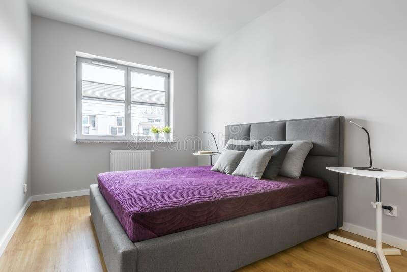 Graues Schlafzimmer mit Doppelbett stockbilder