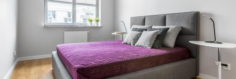 Graues Schlafzimmer mit Doppelbett, Panorama stockfotos