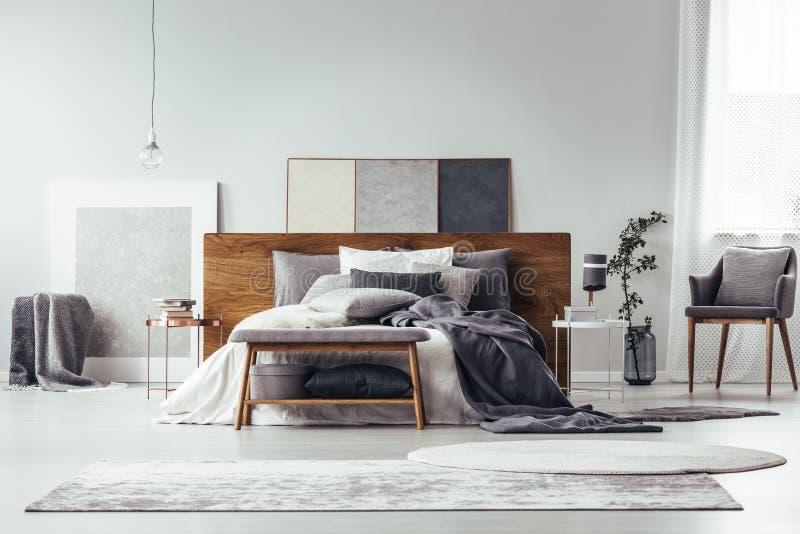 Graues Schlafzimmer mit einfacher Malerei lizenzfreie stockfotos