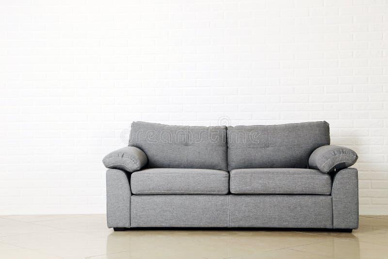 Graues Sofa stockfoto
