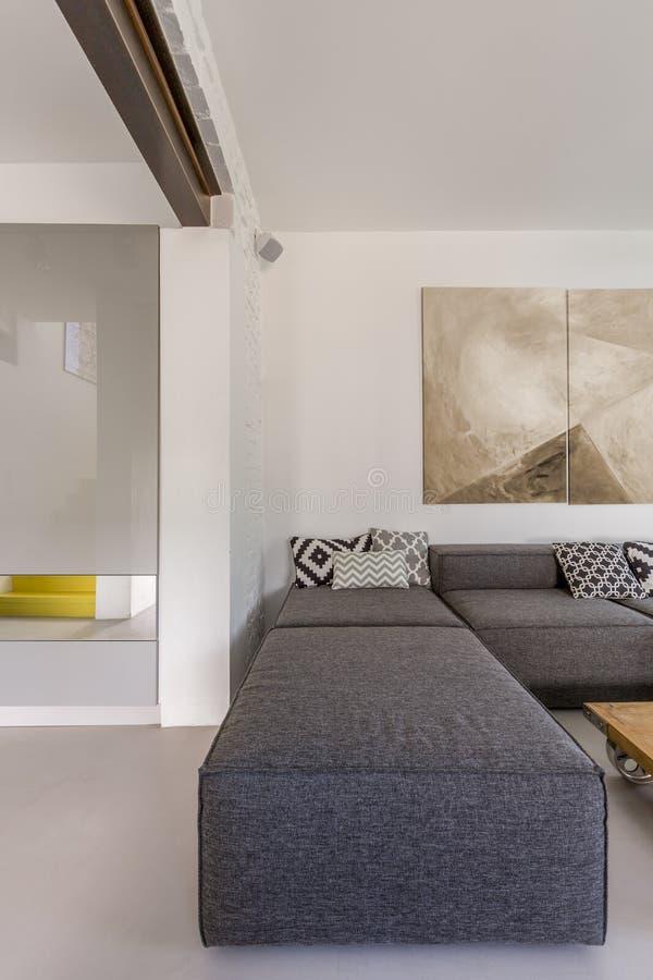 Graues Sofa im modernen Raum lizenzfreies stockfoto