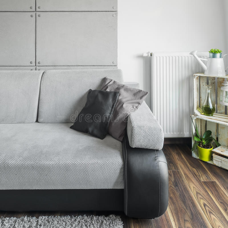 Graues Sofa im Wohnzimmer stockfotos