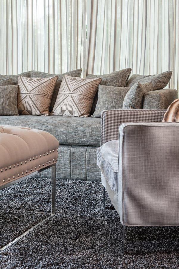 graues sofa mit kissen im modernen wohnzimmer stockfoto bild von wohn bequemlichkeit 69923864. Black Bedroom Furniture Sets. Home Design Ideas