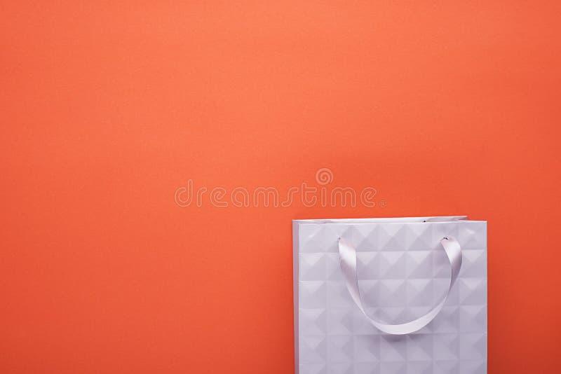 Graues strukturelles Pakettaschen-Einkaufsgeschenk auf einem farbigen Pastellhintergrund Beschneidungspfad eingeschlossen Horizon lizenzfreie stockfotos