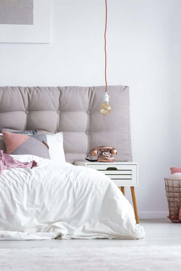 Graues und weißes scandi Schlafzimmer lizenzfreies stockfoto