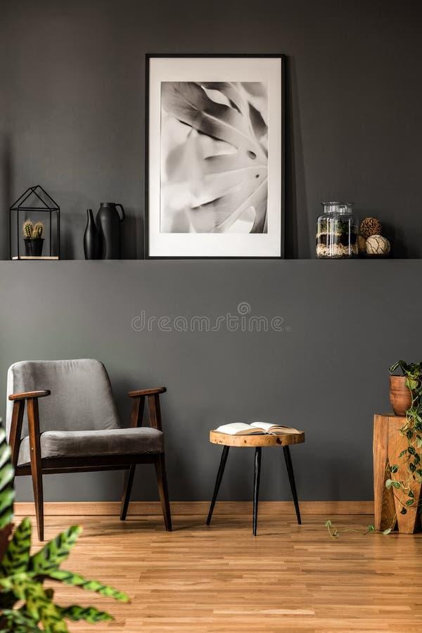 Graues Wohnzimmer mit Plakat stockfoto
