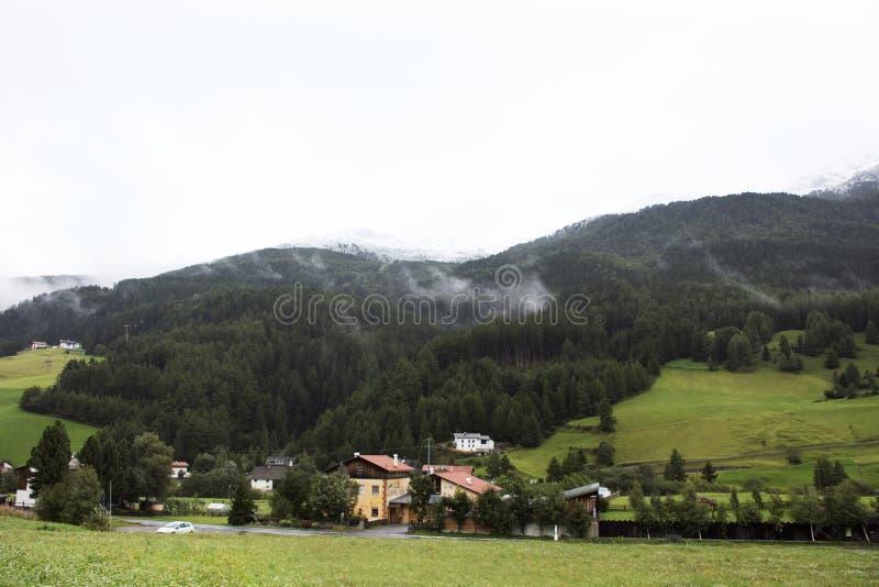 Graun im Vinschgau by i denalt dalen arkivfoto