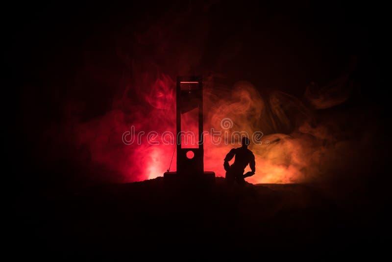 Grausigkeitsansicht der Guillotine Nahaufnahme einer Guillotine auf einem dunklen nebeligen Hintergrund stockbild