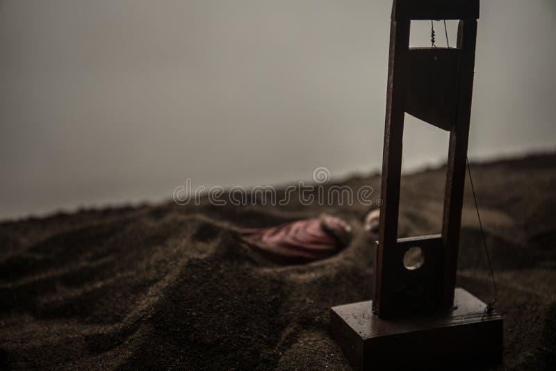 Grausigkeitsansicht der Guillotine Nahaufnahme einer Guillotine auf einem dunklen nebeligen Hintergrund stockfoto