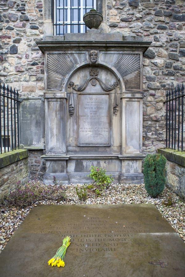 Grav av Adam Smith i Edinburg arkivfoto