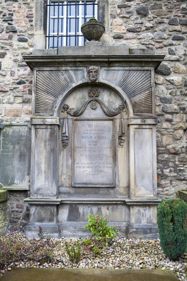 Grav av Adam Smith i Edinburg royaltyfri fotografi